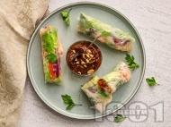 Рецепта Пролетни рулца със скариди, краставица, пресен лук и билки и фъстъчен сос